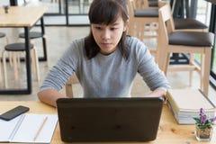adolescente femenino de la muchacha asiática que estudia en la escuela Estudiante que mecanografía encendido Imagen de archivo libre de regalías