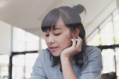 adolescente femenino de la muchacha asiática que estudia en la escuela Estudiante que miente cerca Foto de archivo libre de regalías