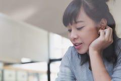 adolescente femenino de la muchacha asiática que estudia en la escuela Estudiante que miente cerca Fotos de archivo