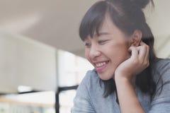 adolescente femenino de la muchacha asiática que estudia en la escuela Estudiante que miente cerca Fotografía de archivo libre de regalías