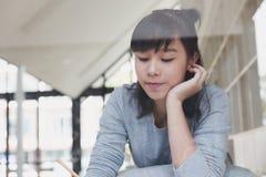 adolescente femenino de la muchacha asiática que estudia en la escuela Estudiante que miente y Imagen de archivo