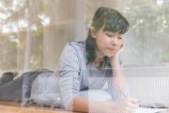 adolescente femenino de la muchacha asiática que estudia en la escuela Estudiante que miente y Imágenes de archivo libres de regalías