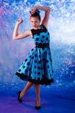 Adolescente femenino del estilo del vintage teniendo alegría Imagen de archivo libre de regalías