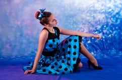 Adolescente femenino del estilo del vintage teniendo alegría Imágenes de archivo libres de regalías