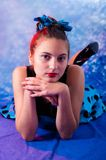 Adolescente femenino del estilo del vintage teniendo alegría Fotografía de archivo