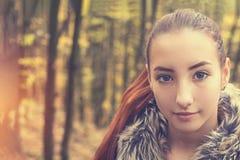 Adolescente femenino del pelirrojo bonito hermoso lindo en bosque del otoño Imagen de archivo libre de regalías