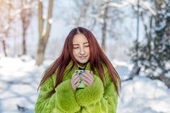 Adolescente femenino del pelirrojo bonito lindo hermoso en un coa verde de la piel Fotos de archivo libres de regalías