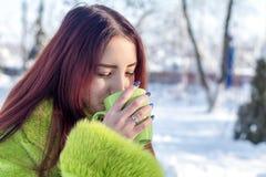 Adolescente femenino del pelirrojo bonito lindo hermoso en un coa verde de la piel Imagenes de archivo