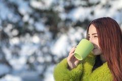 Adolescente femenino del pelirrojo bonito lindo hermoso en un coa verde de la piel Imágenes de archivo libres de regalías