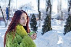 Adolescente femenino del pelirrojo bonito lindo hermoso en un coa verde de la piel Foto de archivo libre de regalías