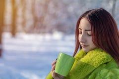 Adolescente femenino del pelirrojo bonito lindo hermoso en un coa verde de la piel Fotografía de archivo