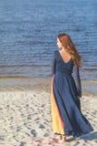 Adolescente femenino del pelirrojo bonito lindo hermoso en vestido largo Imágenes de archivo libres de regalías