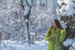 Adolescente femenino del pelirrojo en el parque soleado de la ciudad del invierno Fotos de archivo