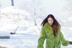 Adolescente femenino del pelirrojo en el parque soleado de la ciudad del invierno Imágenes de archivo libres de regalías
