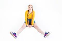 Adolescente femenino divertido que se sienta en el piso Fotografía de archivo libre de regalías