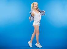 Adolescente femenino elegante alegre Imagenes de archivo