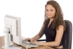 Adolescente femenino en el ordenador Imagenes de archivo