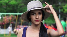 Adolescente femenino en el patio del parque Fotos de archivo libres de regalías