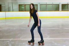 Adolescente femenino en pcteres de ruedas del patio Imagen de archivo