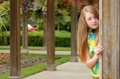 Adolescente femenino en un jardín al aire libre Imagen de archivo libre de regalías