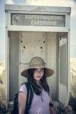 Adolescente femenino en una caja de llamada vieja Imagen de archivo