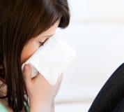 Adolescente femenino enfermo con los tejidos Fotografía de archivo