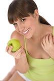 Adolescente femenino feliz con la manzana sana Foto de archivo libre de regalías