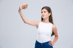 Adolescente femenino feliz que hace la foto del selfie Fotografía de archivo