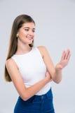 Adolescente femenino feliz que mira sus clavos Fotografía de archivo