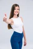 Adolescente femenino feliz que muestra el pulgar para arriba Imagen de archivo