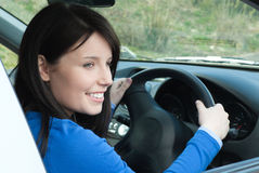Adolescente femenino feliz que se sienta en su nuevo coche Imágenes de archivo libres de regalías