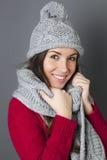 Adolescente femenino feliz que sonríe en sostener bufanda caliente del invierno Fotografía de archivo libre de regalías