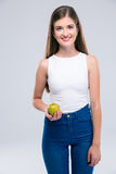 Adolescente femenino feliz que sostiene la manzana Imagen de archivo