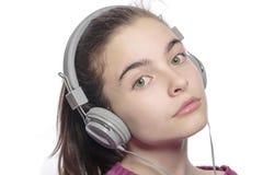 Adolescente femenino hermoso con los auriculares Imágenes de archivo libres de regalías