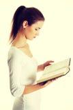 Adolescente femenino hermoso con una biblia Imagen de archivo libre de regalías