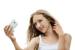 Adolescente femenino hermoso que toma un Selfie con el teléfono Fotos de archivo libres de regalías