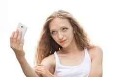 Adolescente femenino hermoso que toma un Selfie con el teléfono Imagenes de archivo