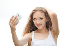Adolescente femenino hermoso que toma un Selfie con el teléfono Foto de archivo