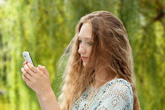 Adolescente femenino hermoso que toma un Selfie con el teléfono Fotografía de archivo