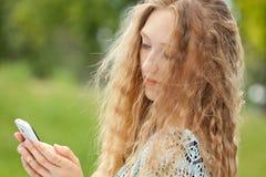 Adolescente femenino hermoso que toma un Selfie con el teléfono Fotografía de archivo libre de regalías