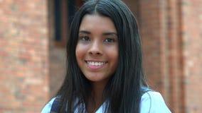 Adolescente femenino hispánico bonito sonriente Imágenes de archivo libres de regalías