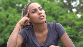 Adolescente femenino hispánico de pensamiento almacen de video