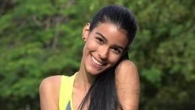 Adolescente femenino hispánico feliz Imagenes de archivo