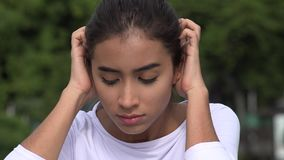 Adolescente femenino hispánico joven nervioso metrajes
