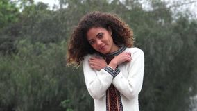 Adolescente femenino hispánico romántico de la muchacha de Latina en amor almacen de video