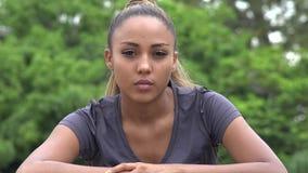 Adolescente femenino hispánico serio almacen de metraje de vídeo