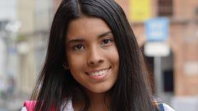 Adolescente femenino hispánico sonriente Imagen de archivo libre de regalías