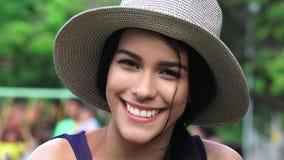 Adolescente femenino hispánico sonriente Imágenes de archivo libres de regalías