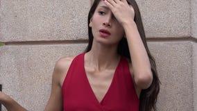 Adolescente femenino impaciente con el pelo largo almacen de video