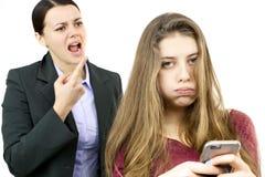 Adolescente femenino joven aburrido de madre enojada Imagenes de archivo